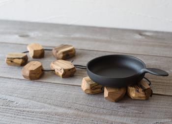富山県朝日町にある製材屋さん【尾山製材】が手がけるブランド【RetRe (リツリ)】。製品化できない虫喰い材を使って、味のあるアイテムを作り出しています。こちらの鍋敷きは紐で一列につながっているだけなので、お鍋の大きさや形に合わせて自由自在に敷き方を変えられるんです。