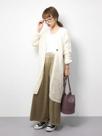 白とベージュの上品な色合わせですが、パンツの素材がベロアなので一気に女性らしく、お出かけ仕様になります。コットンのワイドパンツもいいですが、素材を変えるだけで雰囲気が変わりますね。