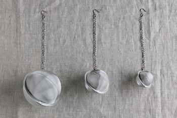 新潟県燕市の老舗メーカー【ミネックスメタル】の「ボールこし器」は、ころんとした丸い形状が可愛らしいアイテム。中にかつお節を入れてお鍋に投入するだけで、効率よくお出汁をとることができます。
