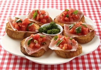 パーティーにはやっぱりブルスケッタ。こんがり焼いたパンと、ニンニク、トマトに生ハムという間違いなしのおいしさです。
