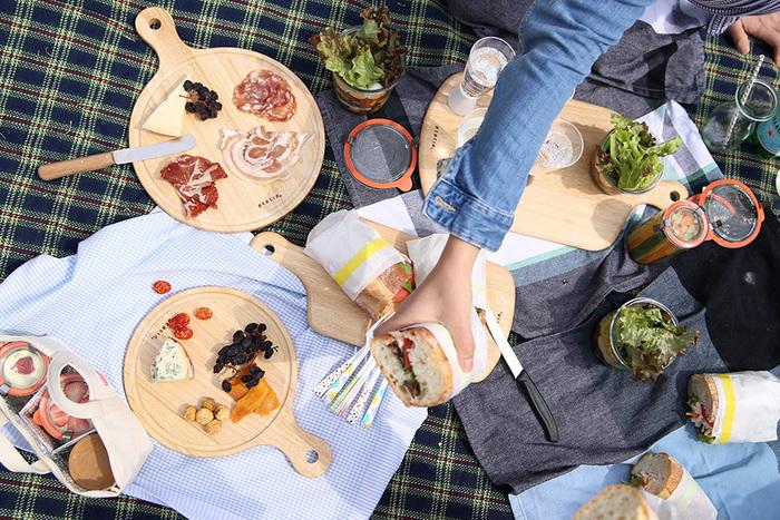 【ACACIA (アカシア)】のカッティングボードはラバーウッド(ゴムの木)製。ラバーウッドは天然ゴムを採取した後に二次利用される木材で、エコで丈夫なのが魅力です。キッチンや食卓はもちろん、アウトドアではトレイ代わりに大活躍してくれますよ!