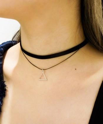 チョーカーとは、首に密着するように巻きつけて用いるネックレスのこと。シンプルなコーディネートのさり気ないアクセントになってくれます。