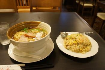 人気の中華そばとチャーハンのセット。 麺は喉ごしがよく、スルスルと入ってくるので女性でもペロリといけてしまいます。 チャーハンをいただきながらお出汁を飲み干すのもいいですよ。