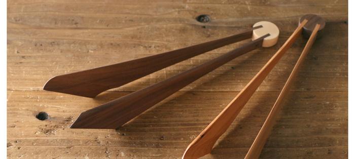 【DOUBLE DOUBLE FURNITURE (ダブルダブルファニチャー)】は、福岡県糸島市にある家具工房。大型の家具だけでなく、上質な木材を使用したテーブルウェアも手がけているブランドです。こちらは、羽根のような美しいデザインの「木製トング」。調理器具としてはもちろん、おもてなしのテーブルにもぴったりのアイテムです。