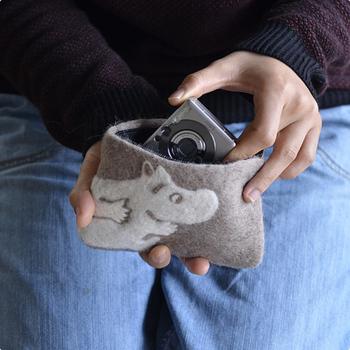 厚みも十分でデジカメやコスメ収納にも◎ また、ファスナーもきちんとついているので小銭入れやカード入れにもおすすめです。
