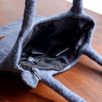 内側にはミニポケット、中を覗かれることなく安心のファスナー付きなのが嬉しいです。厚みがあるので、iPadやノートパソコンなどを持ち歩くおしゃれなケースとして使うのもおすすめです。