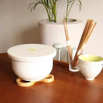 「ご飯を土鍋で炊くのは難しそう」という方におすすめなのが、【TOJIKITONYA (とうじきとんや)】の「ご飯釜」。耐熱陶器でできたお釜で、直火はもちろん電子レンジにも使える優れものなんです。蓋が平らですっきりしたデザインなのも素敵ですね。