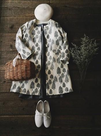 プリント柄がお洒落なコートスタイル。こっくりとした白を基調としたモノトーンコーデに、落ち着いた色味のかごバッグを合わせれば、ナチュラルでやさしい雰囲気にまとまります。