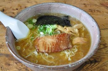 北海道といえばやっぱりラーメン!「小樽で美味しいラーメン屋さんは?」と訊くと、必ずと言っていいほど挙げられるのが、こちらの「初代」。地元製麺所の麺に、こだわりのスープ。お昼は行列になる人気店です。