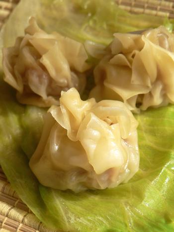 こちらは、ワンタンの皮で包んだ小籠包。蒸すときにレタスを下に敷いておくとくっつきにくいですよ!中華スープに入れるのもおいしいです。