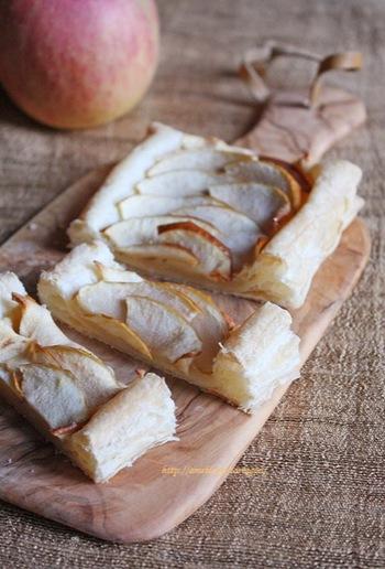 秋の美味しい定番アップルパイ。りんご部分に溶かしバターをかけたりブルーチーズを乗せたりと、好みにアレンジしながら楽しみたいですね。