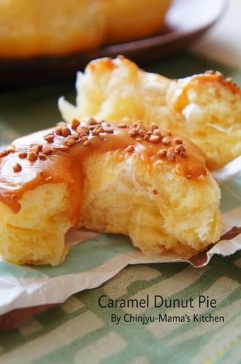 ドーナツ生地の中にパイのサクサクとした美味しさが感じられるうえ、カロリーを抑えられるのが嬉しいドーナツパイ。アイシングや粉糖など、アレンジも楽しめます。