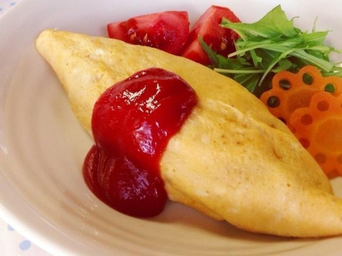 レシピの作成者さんが料理人たちに褒められたというオムライスのレシピ。ポイントは玉ねぎの甘みを出すことと、ケチャップは酸味を飛ばすことなんだそうです。
