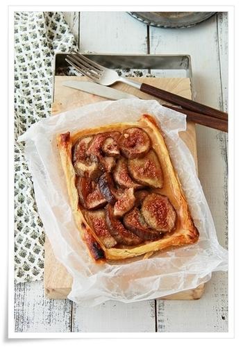 イチジクが出回る季節にだけ楽しめるパイ。グラニュー糖をふった上にパイ生地を置き、めん棒で伸ばしてしっかりつけることが、パイ生地をカリッと焼きあげるポイントです。