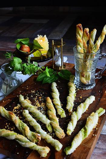 爽やかな香りと甘さ、後からくるピリッとした刺激がクセになる美味しさのチーズストロー。食べやすい形もまた人気の秘密です。