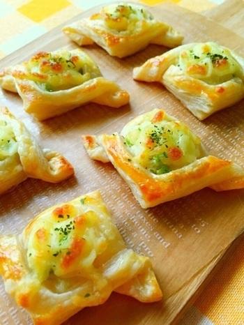 おつまみにもおやつにもなる、ジャガイモと枝豆を使った彩り優しいフィンガーフードです。チーズの焦げ目と良い香りが食欲をそそり、ついつい食べすぎてしまいそうですね。