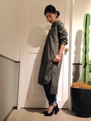カーキのロングシャツとデニムのカジュアルな組み合わせも、足元は黒の光沢のある太ヒールを合わせて女性らしさをプラス。