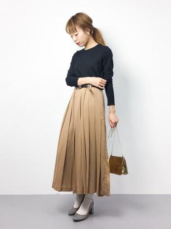 フェミニンなプリーツスカートとの組み合わせは、ぜひ秋に試したいコーディネート。太ヒールに白のソックスを合わせれば、もっとレディな着こなしに。