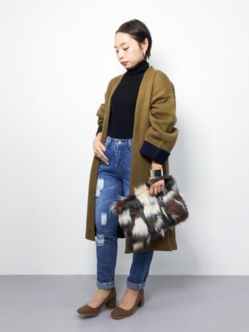 黒のタートルとデニムのシンプルな組み合わせに、秋らしいロングジャケットを羽織った着こなし。デニムに太ヒールを合わせることで抜け感が生まれ、脚長効果も◎