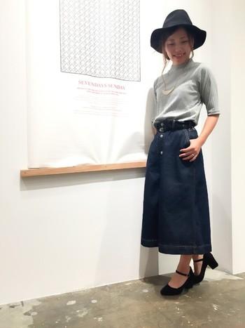 カジュアル感の強めなデニムのスカートも、エレガントな印象のストラップ付き太ヒールを合わせれば、大人っぽい着こなしに。全身を落ち着いたカラーでまとめているのも上品で◎!