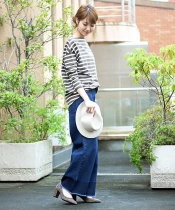 ワイドシルエットのデニムの裾からちらりと見える太ヒールは、程良いエレガントさが素敵。トップスとカラーを同じにすることで、全体に統一感が生まれます。