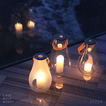 最後にご紹介するのは、大人のピクニックにぴったりなランタンです。 日ごとに夕暮れが早くなる秋、辺りが薄暗くなってきたら、キャンドルに灯をともしましょう。幻想的なあかりに包まれ、うっとりするようなひと時を。  クリアとフロスト(すりガラス)、サイズはそれぞれS/M/Lからお選びいただけます。  ※火気の使用を禁止されている場所へのお持込みはお控えください。