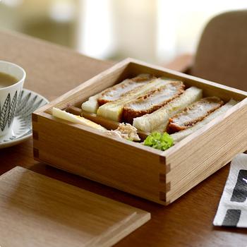 一般的な重箱は内側が朱色ですが、もっと色々なシーンで使えるようにと、明治時代から続く老舗「松屋漆器店」に別注し、内側まで天然木で仕上げました。 すっきりとモダンな印象があるため、サンドイッチなどの洋食にもおすすめです。