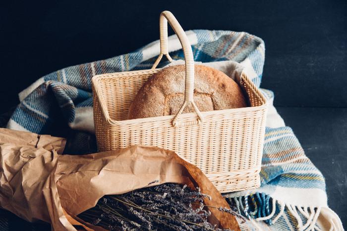 丁寧に編まれた籐の買い物かご。どこか懐かしい一本手は、ピクニックにも似合うと思いませんか?サンドイッチや飲み物を入れ、肘にかけて公園へ。そんなシーンが目に浮かびます。大ぶりで深さもあるので、たくさん荷物が入るのも嬉しいポイントです。