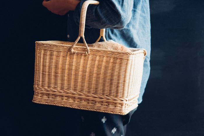 最初は真っ白な籐も、経年変化で段々と飴色に。上質で凛とした佇まいのかごは、手仕事ならではの温もりにあふれています。 バッグとして、また、お部屋の中で収納に使っても素敵ですよ。