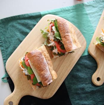 チーズなどを切る時はもちろん、器やトレーとして使うこともできるマルチユースなカッティングボードは、今やおしゃれな食卓に欠かせないアイテム。 ピクニックでも、切る・のせる・敷くと、多用途に活躍してくれること間違いなし。チーズやおつまみ、サンドイッチなどを盛り付ければ気分も上がります。