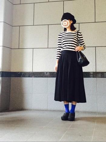 使いまわしのきくブラックのロングスカートは1着持っていると重宝しますよ。ボーダートップスをはじめ、シンプルカジュアルなアイテムとの相性は抜群です♪