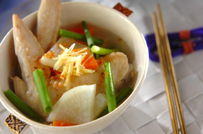 手羽先には髪や肌を造ってくれる、タンパク質の一種のコラーゲンが含まれているので、美肌効果が期待出来るんですよ♪  「手羽の美肌スープ」は素材の旨みを活かしたさっぱり味のスープなんです。まずは鍋にお湯を沸かして料理酒を足し、手羽先と大根と人参をそれぞれ加えて煮立たせます。そして、塩コショウで味を整えて器に盛り付けたら、せん切りにしたしょうがとネギを添えて完成です。
