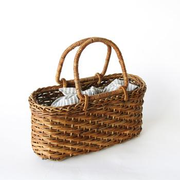 カゴバッグの目隠しバッグとしても◎。柔らかい布製で、形もカチっと決まっていないため、様々なカゴバッグに合わせやすく便利です。バックの中身をそのまま全部移動出来るのもメリットの一つですね。