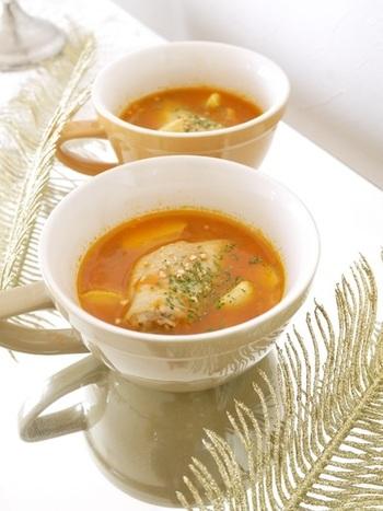 「手羽先とじゃがいものスープ」はお腹の持ちもよくて、手羽の旨味がギュッと詰まっているレシピなんです。  まずは鍋に油を敷いてニンニクで風味を出します。次に玉ねぎと軽く塩を振った手羽先を炒めたら水を加えて煮立たせます。  味付けはビーフコンソメとざく切りにしたトマトにケチャップと塩コショウで味を整えて、最後にスープの鍋とは別に素揚げをしておいたじゃがいもを加えて完成です。それぞれの食材のコクをたっぷりと味わえるスープなんですよ♪