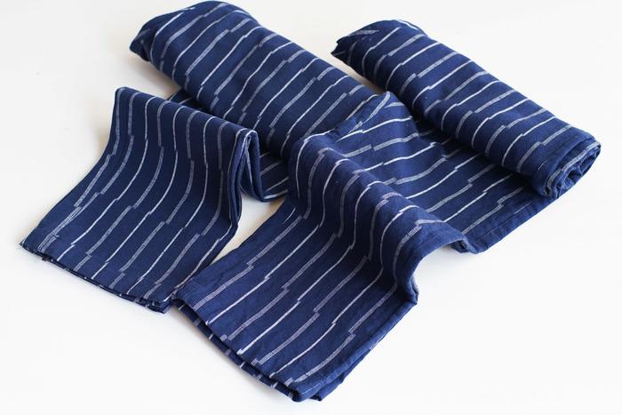 留米絣は福岡県久留米市の伝統工芸品です。その特徴は何段階にも及ぶ工程を経て布が出来上がることと、染色技術にあります。特に染色では糸自体をムラに染めることによって、織り上がった布がかすれて絶妙な風合いを見せてくれます。