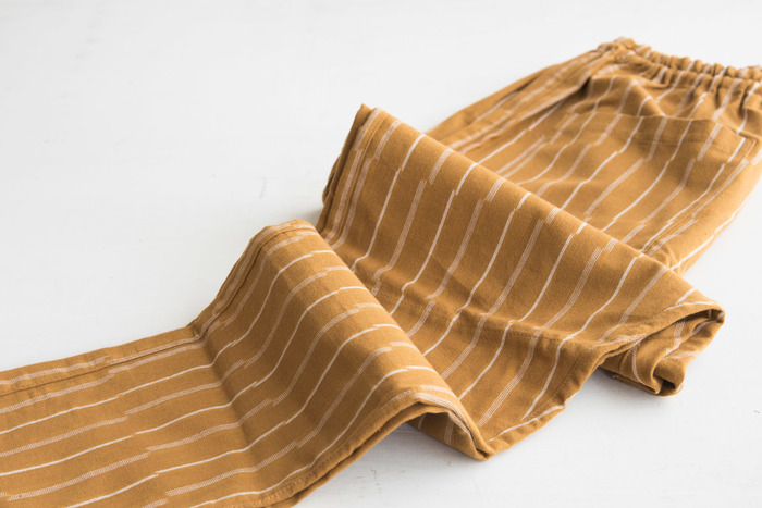 全体のデザインに加えて、ズボンの柄もモダンです。もんぺらしい十字模様も部分使いでオシャレに、ストライプや無地はスタイリッシュに着こなすことも可能です。