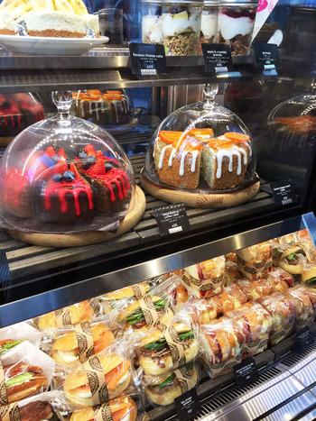 どれもこれも食べたくなるフードカウンターのケーキやサンドイッチの数々。 迫力の大きさは、「さすがゴリラ!」思わず写真に撮って、友達に教えたくなっちゃいます!