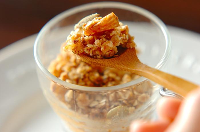 ソテーしたりんごに、グラノーラ入りのクリスプをのせてオーブンで焼き上げるホットスイーツレシピです。