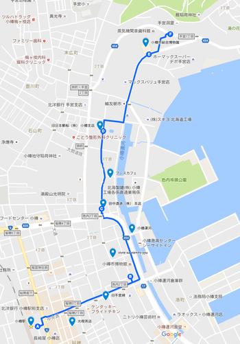 小樽駅〜総合博物館の距離は片道2km程度。徒歩で30分弱ですが、途中にお店などが少ないので、行き・帰りどちらかはタクシー利用もアリ。また、おたる水族館〜小樽駅間のバス(10 おたる水族館線)の途中にバス停「総合博物館」があるので、水族館の帰りに下車して、博物館・本館から歩くのもおススメです。