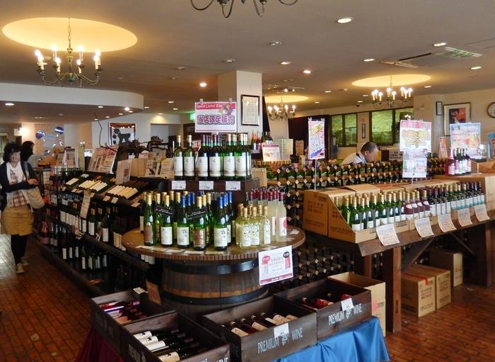 もう少しドライブを続ける余裕があるなら、朝里から少し進んだ位置にある「毛無峠」へ。「北海道ワイン」では醸造所の見学ができる他、ワインギャラリーでは貴重な受賞ワインや醸造所限定ワインもグラスでお得に味わえます。ドライバーの方はワイン品種ブドウのジュースや、白ブドウ「ナイヤガラ」のソフトクリームをどうぞ。