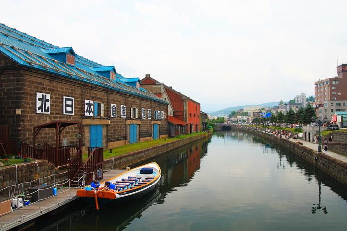 レトロな建物が並ぶ堺町通りを抜け、石造りの倉庫が立ち並ぶ小樽運河に到着。JR小樽駅もこの近くです。