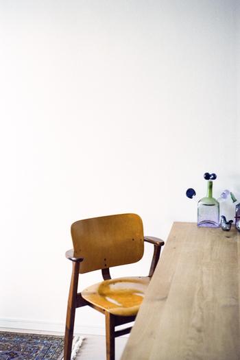 見た目のシンプルな可愛らしさに一目ぼれしてお付き合いを始めてみると、日々使い続けてこそわかる心地よさに、じんわりと一層愛着がわいていく椅子なんです。