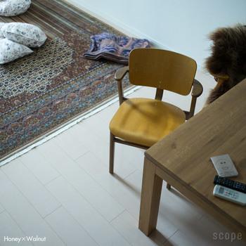 ドムス チェアをご自宅で毎日使っているという平井さん。計算された3Dの座面は、座ってはじめてわかる心地よさです。