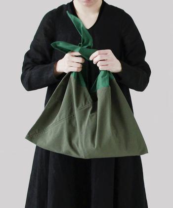 持ち手部分はコットン100%。バッグ部分はナイロン100%。ナイロン部分は防水ナイロンが使用されているので、雨の日でも安心して使うことができますね。素材にもこだわり、結んで使う持ち手部分のコットンは手触りがよく、しわになりにくい日本製の生地を使用しているそう。