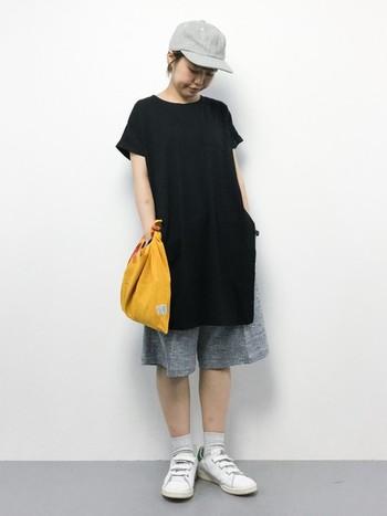 ボーイッシュな夏コーデにあづま袋を合わせて。モノトーンの洋服に、イエローのあづま袋がアクセントカラーになっています。布製で軽い印象のあづま袋なら、意外とカジュアルなコーディネートとも相性が良いんですね。