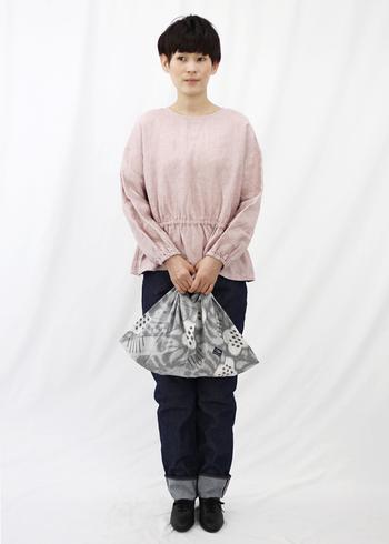 デニムコーデに合わせても◎こちらは鹿児島睦さんのデザインによる生地を使用したあづま袋。テキスタイルの魅力がそのままバッグの魅力へとつながります。