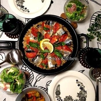 【ロッジスキレットで秋刀魚のパエリア】 スキレットなら、アツアツのパエリアもそのまま食卓に出してもOKですね。旬の食材を加えて作ってみて下さい。