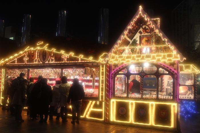 ここでは、大阪に居ながらクリスマスマーケット発祥の地、本場ドイツのクリスマスの雰囲気をそのまま味わうことができます。広場に並ぶヒュッテ(屋台)では、ホットワイン、ドイツソーセージ、クリスマスオーナメントなどが販売されています。