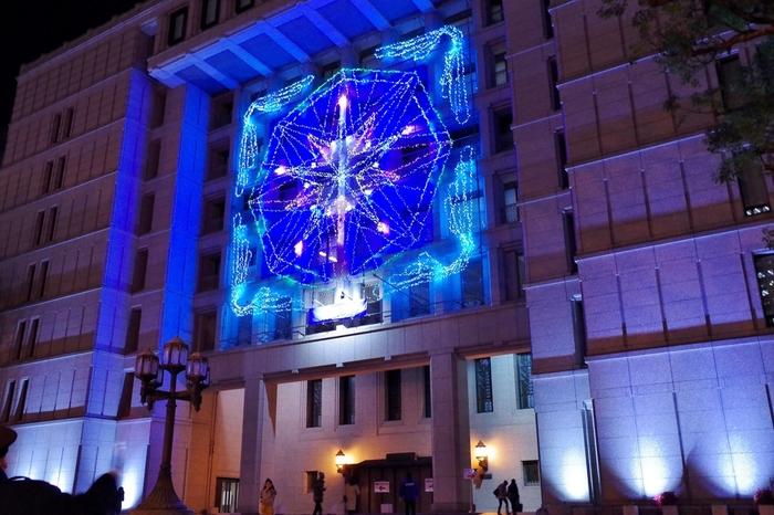 普段はごく普通の建物、大阪市役所も「OSAKA光のルネサンス」開催時期の夜は、いつもと異なる顔を見せてくれます。