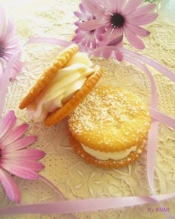 レモン汁、生姜、はちみつ入りのホイップクリームを挟んだクッキーです。冷凍庫で2時間ほど冷やしてからどうぞ。暑い季節にもおすすめのおやつです。